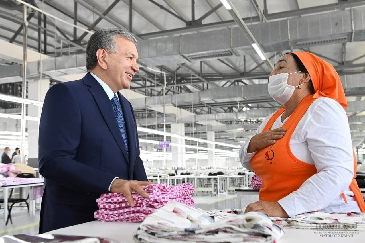«Если у женщины есть работа и у нее хорошее настроение, ее семья будет счастливой», — Шавкат Мирзиёевпосетил новое швейно-трикотажное предприятие в Андижане